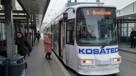 Die Straßenbahn fährt trotz der eisigen Temperaturen problemlos.