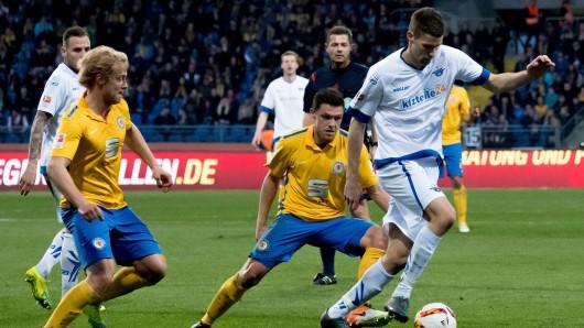 In der letzten Saison waren Eintracht Braunschweig und der SC Paderborn in der zweiten Liga aufeinander getroffen. Hier kämpfen (von links) Jan Hochscheidt, Mirko Boland und Paderborns Nicklas Helenius um den Ball.