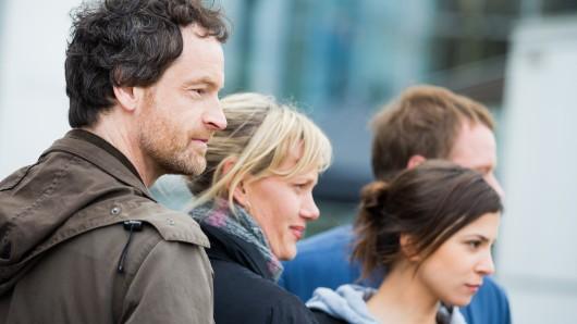 Die Schauspieler (von links) Jörg Hartmann (Peter Faber), Anna Schudt (Martina Bönisch), Aylin Tezel (Nora Dalay) und Stefan Konarske (Daniel Kossik) vor dem historischen Rathaus in Dortmund (Nordrhein-Westfalen) bei den Dreharbeiten zum Tatort - Sturm.