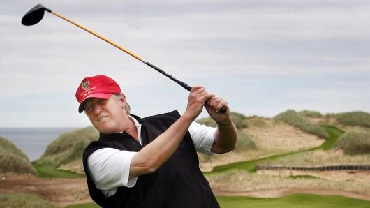 Donald Trump bei einem seiner Hobbys: Dem Golfspielen. (Archivbild)