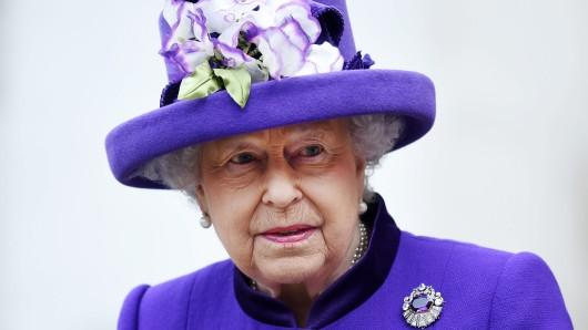 Königin Elizabeth II. aufgenommen am 24. November 2016 in London. Die britische Königin Elizabeth II. hat ihren traditionellen Gottesdienst-Besuch am ersten Weihnachtstag in Sandringham abgesagt. Die 90-Jährige leide noch immer unter einer starken Erkältung, teilte der Buckingham-Palast mit.