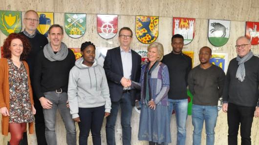 Wolfsburgs Oberbürgermeister Klaus Mohrs (Mitte) begrüßt Studenten aus Südafrika.