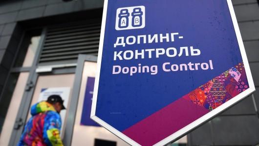 Ein Mann betritt am 21. Dezember 2014 während der Olympischen Winterspiele in Sotschi (Russland) eine Doping-Kontrollstelle im Laura Biathlon Center.