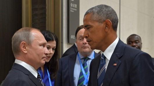 Der scheidende US-Präsident Barack Obama (r.) bereitet offenbar Sanktionen gegen Russland und dessen Präsidenten Wladimir Putin vor.