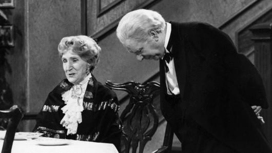 Butler James und Miss Sophie im Silvester-Klassiker Dinner for One.
