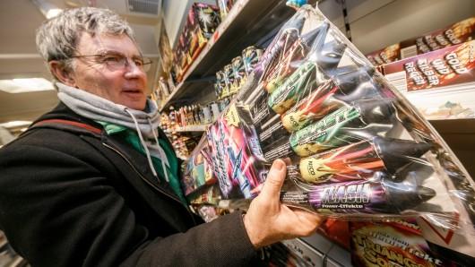 Die Auswahl ist groß, seitdem die Märkte heute wieder diverse Raketen-Sets, Fontänen oder Böller im Angebot haben.