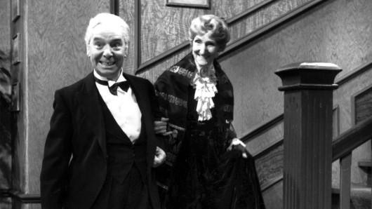 Der 90. Geburtstag oder Dinner for One, ein Sketch mit Freddie Frinton und May Warden als alleinspeisende alte Dame.