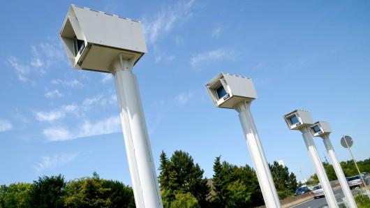Bereits seit dem vergangenen Jahr steht der Strecken-Radar an der B6 zwischen Gleidingen und Laatzen - zur Scharf-Schaltung fehlt jedoch noch das grüne Licht von der Physikalisch-Technischen Bundesanstalt in Braunschweig.
