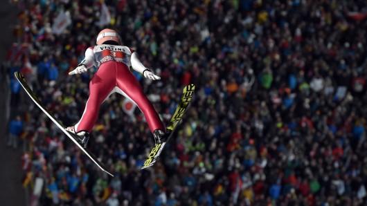 Stefan Kraft aus Österreich kam mit Weiten von 139 und 134,5 Metern auf Platz eins beim heutigen Auftaktspringen in Oberstdorf.