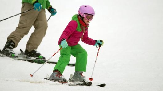 Wintersportler fahren am 2. Januar bei Braunlage auf dem Walpurgishang am Wurmberg im Oberharz (Niedersachsen) auf ihren Skiern.