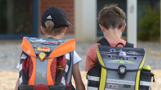 Zwei Jungen auf dem Schulweg.