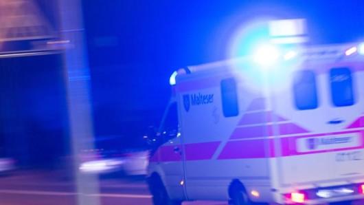 Ein Rettungswagen fährt mit Blaulicht durch die Nacht.