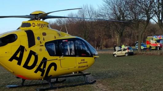 Die schwerverletzte Autofahrerin musste mit dem Rettungshubschrauber ins Krankenhaus geflogen werden (Archivbild).