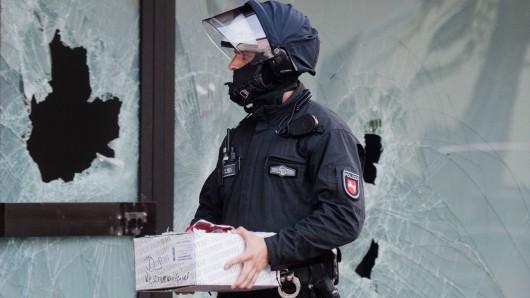 Polizeieinsatz gegen die Salafisten-Szene in Hildesheim im Juli 2016. In Niedersachsen gibt es derzeit rund 680 Salafisten. Die Mehrheit ist nicht gewaltbereit. (Archivbild).