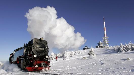 Wie im Wintermärchen: die dampfende Brockenbahn.