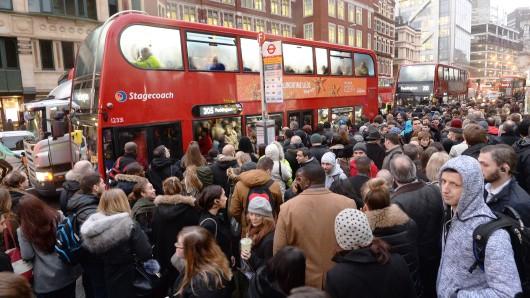 Eine lange Warteschlange mit Fahrgästen steht am 9. Januar an der Bushaltestelle Bishopsgate in London, Großbritannien. Ein Streik von Angestellten der Londoner U-Bahn sorgt für Unterbrechungen und lange Wartezeiten für Millionen von Fahrgästen.