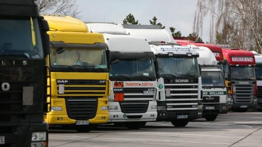 Auf mehreren Lkw-Parkplätzen an norddeutschen Autobahnen sollen die Angeklagten ihr Unwesen getrieben haben (Archivfoto).