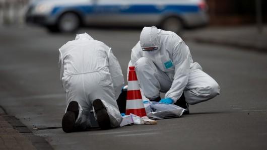 Beamte der Spurensicherung sind am 9. Januar 2017 in Visselhövede (Niedersachsen) im Einsatz. Ein 46-jähriger Mann wurde in Visselhövede durch mehrere Schüsse, die von einem Motorrad abgegeben wurden, schwer verletzt. Die Polizei fahndet derzeit nach den flüchtigen Tätern.