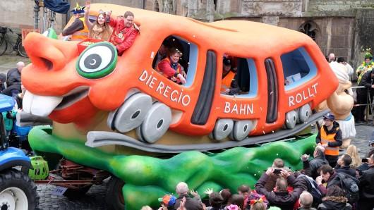 Ein Wagen mit der Aufschrift Die Regiobahn rollt auf dem Karnevalsumzug 2016.