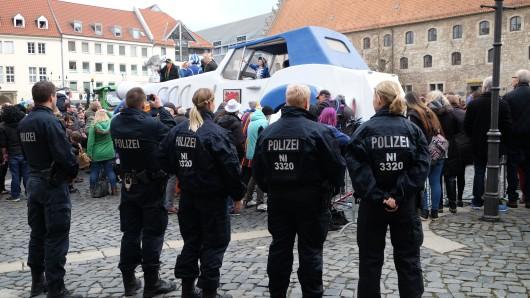 Die Polizeibeamten haben den Karnevals-Umzug in Braunschweig gut abgesichert - und sind mit ihrer Arbeit zufrieden (Archivbild).