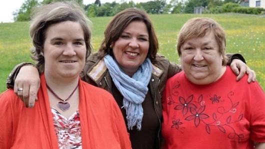 """Tochter Beate Fischer, Moderatorin Vera Int-Veen und Mutter Irene Fischer standen viele Jahre bei """"Schwiegertochter gesucht"""" zusammen vor der Kamera."""
