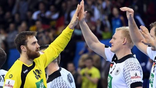 Pflichtaufgabe erfüllt: Torhüter Andreas Wolff und Patrick Wiencek klatschen sich nach dem Chile-Spiel ab.