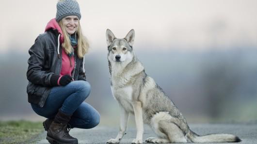 Wolfshündin Elsa und ihre Besitzerin Daria Mathiaszyk.