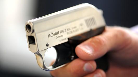 Mit vorgehaltener Schusswaffe haben die Täter ihr Opfer ausgeraubt.