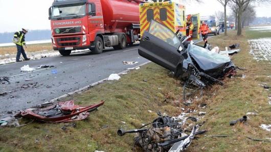 Den Rettungskräften bot sich ein Bild des Schreckens. Für einen 88-jährigen Autofahrer kam jede Hilfe zu spät.