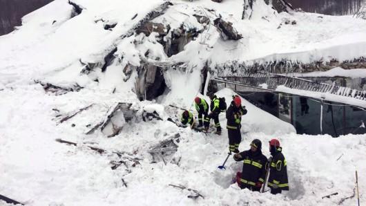 Rettungskräfte vor dem von einer Lawine verschüttete Hotel Rigopiano bei Farindola in den Abruzzen.