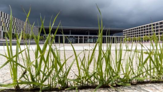 Über diese Sache wird so schnell kein Gras wachsen: Der Berliner Flughafen BER kann auch 2017 nicht eröffnet werden. (Archivbild)