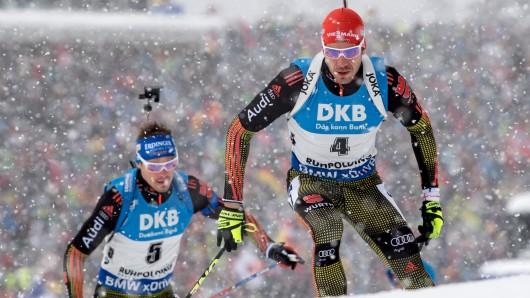 Die Biathleten Arnd Peiffer (r) aus Deutschland und Simon Schempp aus Deutschland laufen am beim Biathlon-Weltcup in der Chiemgau Arena in Ruhpolding bei der Verfolgung (12,5 km) der Herren.