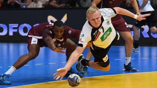 Deutschlands Patrick Wiencek kämpft gegen Katars Rafael Capote um den Ball.