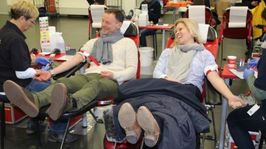 Haben gut lachen: Co-Trainer Darius Scholtysik und Miriam Herzberg, Leiterin Medien und Kommunikation, bei der Blutspende.