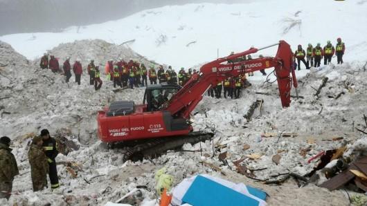 Italienische Rettungskräfte vom Corpo Nazionale Soccorso Alpino e Speleologico bei Bergungsarbeiten am Hotel Rigopiano in Farindola, das durch eine Lawine verschüttet wurde.