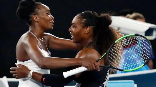 Serena Williams (l.) aus den USA umarmt nach ihrem Sieg ihre Schwester Venus.