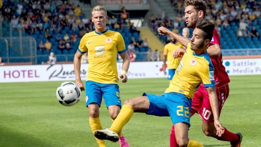 Braunschweigs Julius Biada (l.) und Salim Khelifi im Zweikampf mit Würzburgs Nejmeddin Daghfous zum Auftakt der Zweitliga-Saison im August. Damals gab's ein 2:1.