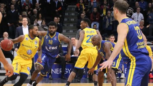 Carlton Guyton ist für die Basketball Löwen, hier gegen Oldenburg, am Ball (Archivfoto).