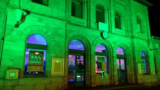 Die Zeichen stehen auf Grün: Der Helmstedter Bahnhof am Samstagabend.