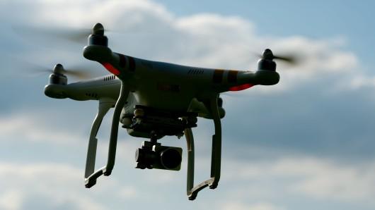 Möglicherweise wegen eines leeren Akkus ist eine Drohne auf der Autobahn niedergegangen (Symbolfoto).