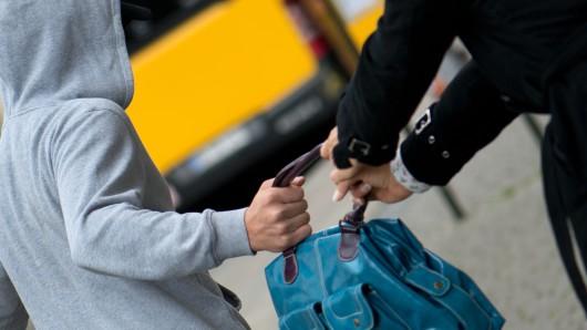 Unbekannte haben einer 80-jährigen Wolfsburgerin die Handtasche gerabt und die Frau dabei verletzt (Symbolbild).