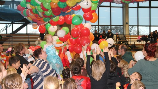 Auch in diesem Jahr fallen wieder hunderte Luftballons von der Decke. (Archivbild)