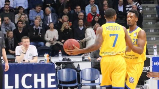 Aufbauspieler Carlos Medlock übergibt Dyshawn Pierre den Ball (Archivbild).