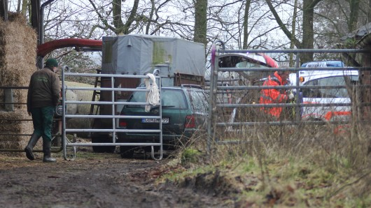 Ein Rettungssanitäter steht am 1. Februar 2017 auf einem Bauernhof in Osterbruch (Niedersachsen) neben seinem Einsatzfahrzeug. Auf einem Bauernhof ist am 1. Februar 2017 ein Mitarbeiter des Veterinäramtes durch einen Schuss schwer verletzt worden. Nach ersten Ermittlungen der Polizei hat ein Landwirt auf den Tierarzt geschossen.