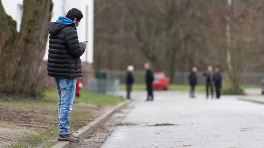 Ein Flüchtling hält am 29. März 2016 auf dem Gelände der Landesaufnahmebehörde Niedersachsen (LAB NI) in Braunschweig (Niedersachsen) ein Smartphone in der Hand.