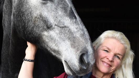 Carmen Hanken, Witwe von Tamme Hanken mit dem Pferd Grey Eminenze. Die 57-Jährige möchte das Lebenswerk ihres Mannes fortführen und tritt nun in einer Serie bei Kabel eins auf.