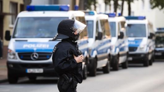 An mehreren Zufahrtsstraße in Salzgitter kontrollieren schwer bewaffnete Polizisten am Sonntag. (Symbolbild)