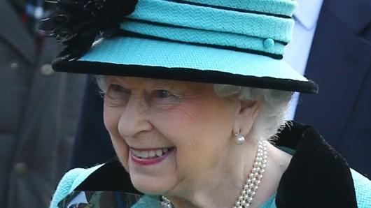Nach dem Gottesdienst in der St.-Peters und St.-Pauls-Kirche in Norfolk begrüßt Königin Elisabeth II am Sonntag, 5. Februar, in Norfolk Schaulustige. Am 6. Februar 1952 starb ihr Vater.