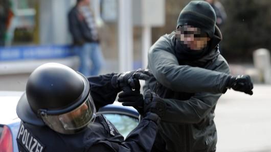 Angriffe auf Polizeibeamte sind im vergangenen Jahr in der Region zahlreicher geworden (Archivbild).