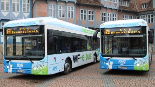 Zwei der drei Elektro-Busse, die die KVG ab jetzt in Wolfenbüttel, Salzgitter und Helmstedt einsetzt.